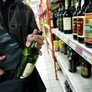 """""""Troppi 4 anni di carcere per il furto di due bottiglie"""", da Torino parte la battaglia contro la rapina """"impropria"""""""