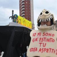 C'è una bara in giro nel centro di Torino:si celebra il funerale del clima