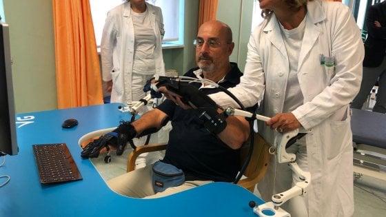 Colpito da un ictus, torna a muovere il braccio grazie a una mano bionica inventata a Torino