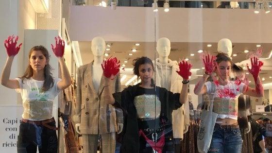 """Torino, i ragazzi di Greta """"insanguinano"""" le vetrine di H&M: """"Danneggia l'ambiente"""""""