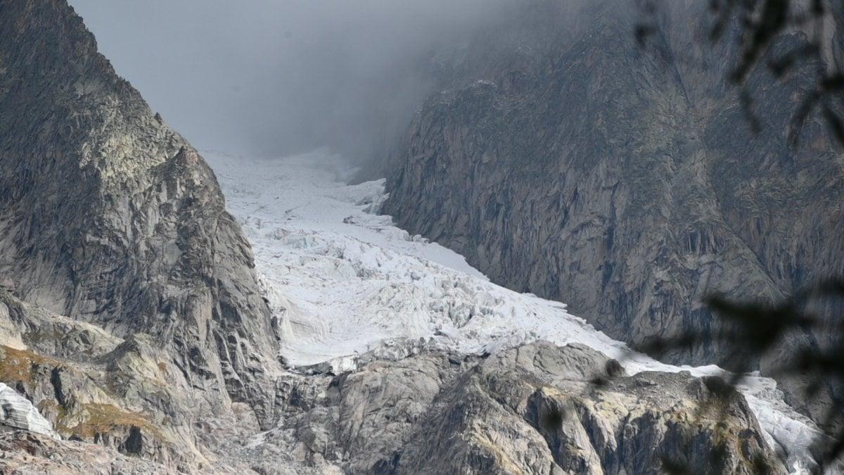 Monte Bianco, i primi crolli di ghiaccio dalle Grandes Jorasses