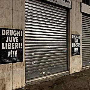 """Drughi Juve liberi"" centinaia di manifesti degli ultras bianconeri sui muri di Torino"