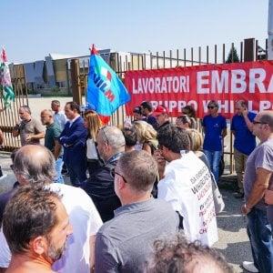 """Torino, sciopero improvviso all'Embraco: """"Stipendi esorbitanti ai manager, una vergogna"""""""