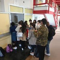 Aule strapiene a Palazzo Nuovo: studenti a lezione seduti in terra