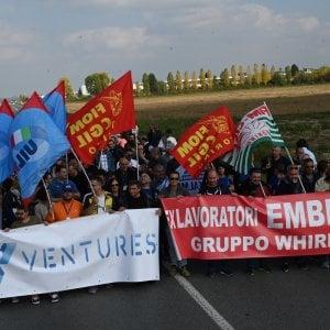 """Gli operai dell'ex Embraco occupano la rotonda a Riva di Chieri: """"Fateci lavorare"""""""