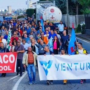 Torino, il vescovo paga i pullman per il sit-in al ministero agli operai della ex Embraco