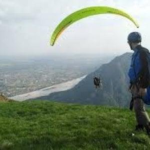 Aosta, precipita in parapendio: muore vigile del fuoco di Ao