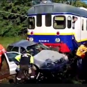Treno travolge auto a un passaggio a livello di Valperga