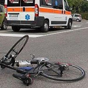 Torino, camion investe ciclista e non si ferma, scatta la caccia