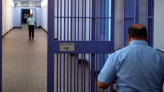 Torino, arrestati sei agenti della penitenziaria: accusati di torture ai detenuti, colpivano i pedofili