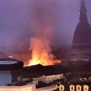 Torino: prende fuoco il tetto della Cavallerizza, in fiamme lo storico complesso