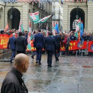 """Conte a Torino incontro fuori programma con i lavoratori di Embraco e Blutec: che gli urlano """"Lavoro, lavoro"""""""