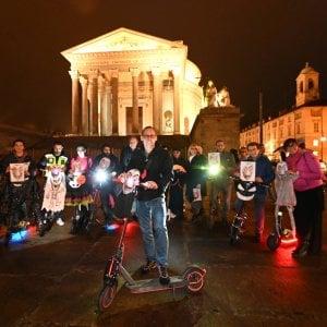"""Torino, sit-in di protesta con i monopattini: """"Costretti a tornare a inquinare con l'auto"""""""