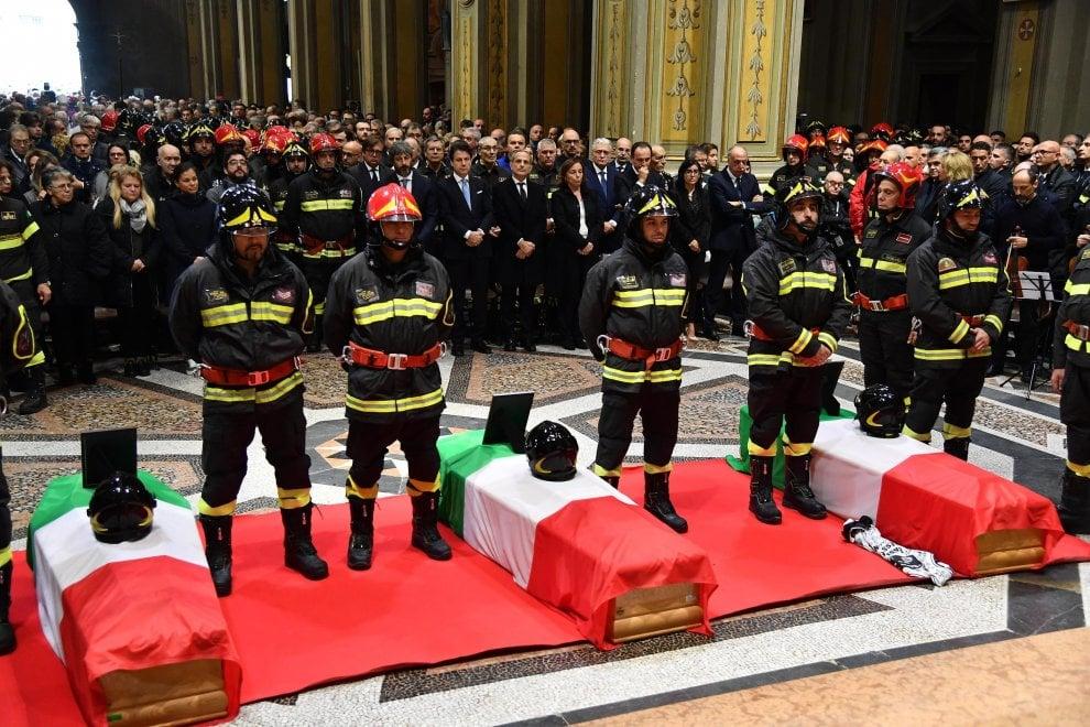 Le immagini del funerale dei vigili del fuoco