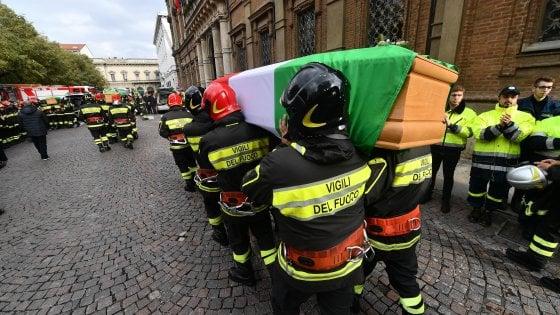 Alessandria, migliaia di persone ai funerali dei tre pompieri morti nell'esplosione della cascina