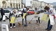 Ramazze in azione per pulire il centro di Torino