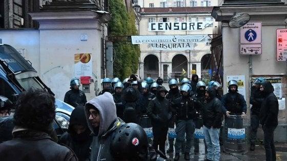 Torino: sgomberata la Cavallerizza dopo cinque anni, si arrendono anche gli ultimi occupanti