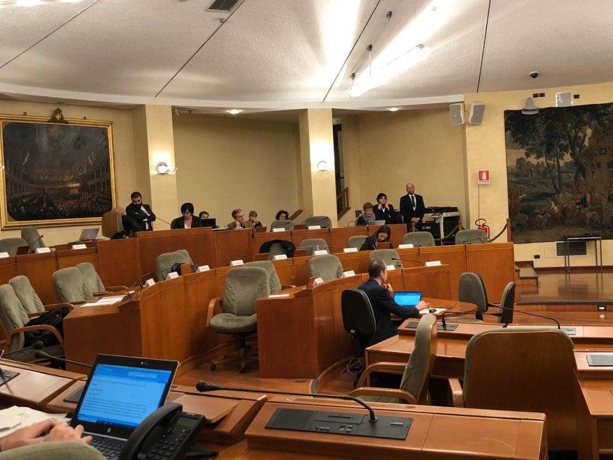 Il consiglio regionale discute del crocifisso in aula, ma i banchi della giunta sono deserti