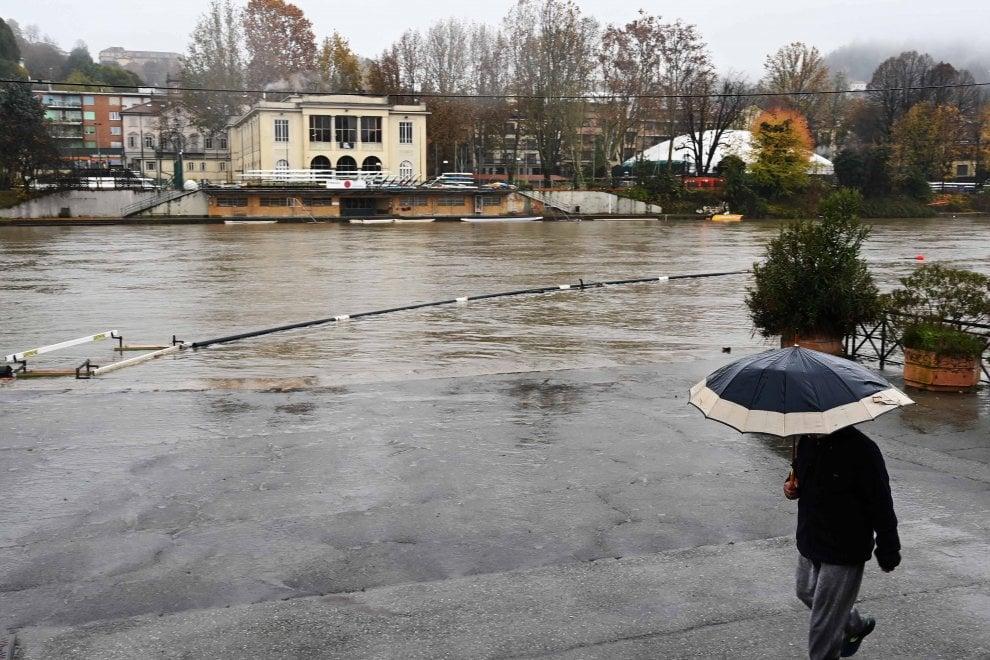 Il Po in piena, a Torino i Murazzi finiscono sott'acqua