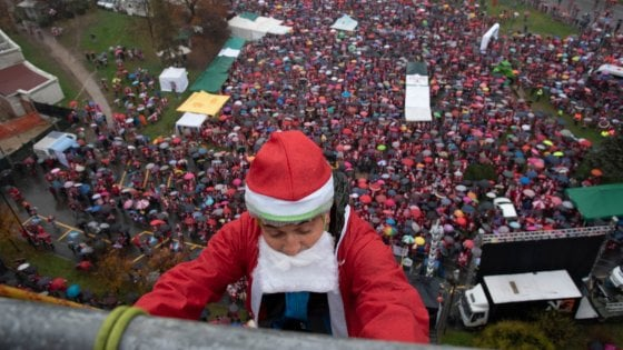 Torino invasa da migliaia di Babbi Natale, il raduno per i piccoli pazienti del Regina Margherita