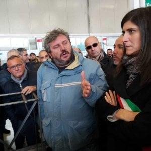 """Torino, Appendino ai cancelli Embraco: """"Indegno non rispettare gli accordi con lo Stato"""""""