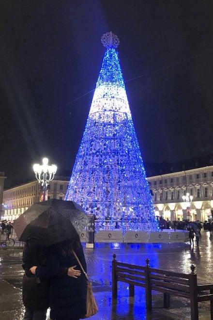 La magia del Natale con  l'albero luminoso in piazza San Carlo