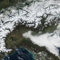 Nell'occhio del satellite le Alpi tutte bianche (non accadeva da anni)