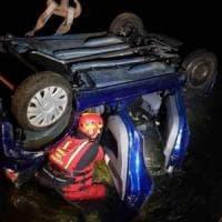 Nel Novarese si ribaltano con l'auto nel canale: salvati dai vigili del