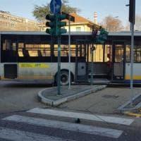 Curva troppo stretta, autobus contro un semaforo in via Genova