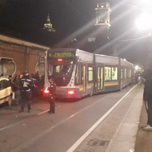Torino, il tram 4 deraglia davanti alle Porte Palatine