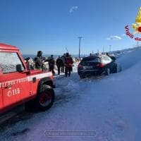 Gli automobilisti intrappolati nella bufera di neve nel Cuneese, l'arrivo dei soccorsi