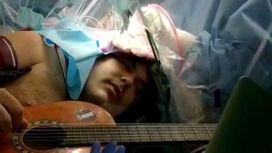 Torino, suona la chitarra mentre i chirurghi delle Molinette lo operano al cervello
