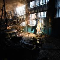 A fuoco una carrozzeria di via Revello: i vigili al lavoro per domare le fiamme