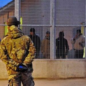 Migranti in rivolta al Centro per il rimpatrio di corso Brunelleschi, incendi in serie