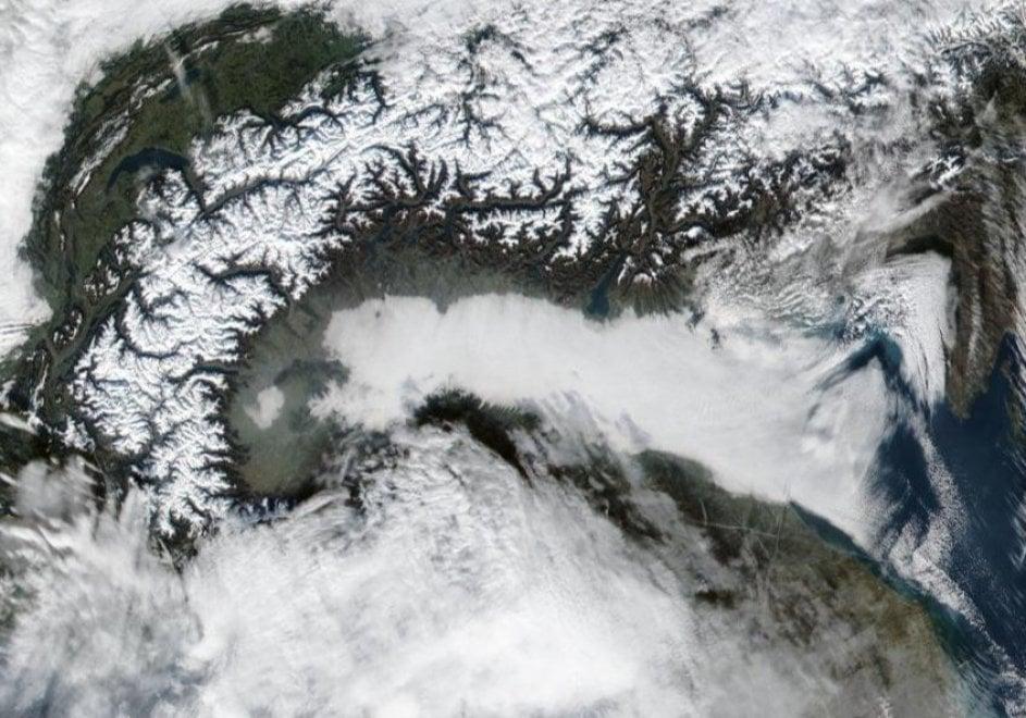Una coltre di nebbia e smog copre la Pianura padana