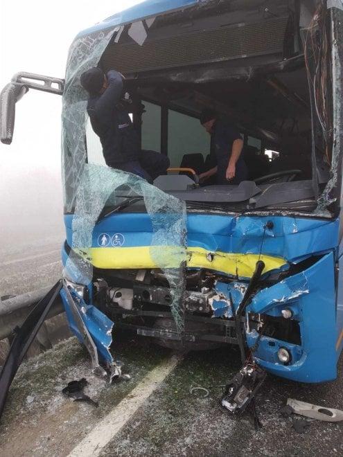 Villafranca: bus di linea tampona cisterna nella nebbia: tre feriti