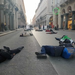 "Torino, i ragazzi di ""Fridays for future"" si fingono morte in via Roma"