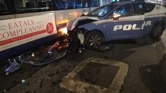 Torino, inseguimento da film nella notte: automobilista preso dopo 20 minuti di fuga, una volante finisce contro un bus