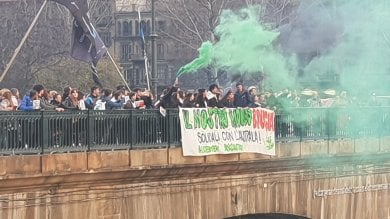 """Torino, i ragazzi di Greta in corteo solidali con l'Australia: """"Il nostro mondo brucia"""""""