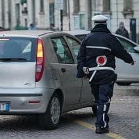 Lasciano i figli in auto nel parcheggio, coppia denunciata per abbandono