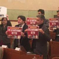 Torino: cartelli di  Pd e M5S uniti sbeffeggiano la Lega per lo stop alla legge elettorale