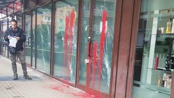 Torino, raid vandalico contro la sede di Glovo: vetrine ...
