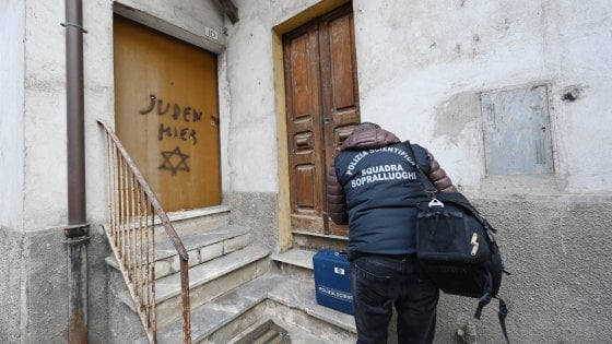 """Mondovì, scrivono """"Qui c'è un ebreo"""" sulla porta del figlio di una deportata"""