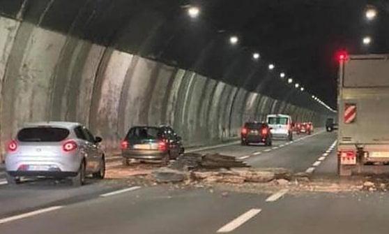 A26, rivestimento di lamiera si stacca da un tunnel e colpisce tir: paura e traffico bloccato