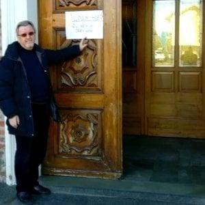 """L'allievo di Lidia Rolfi diventato prete mette un cartello all'ingresso della chiesa: """"Qui abita un ebreo. Gesù"""""""