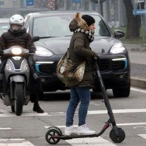 Torino, automobilista investe monopattino mentre attraversa la strada