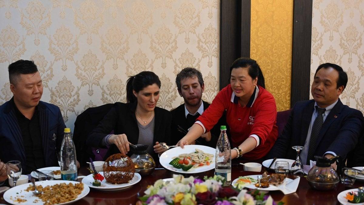 Coronavirus, la sindaca di Torino pranza al ristorante cinese ...
