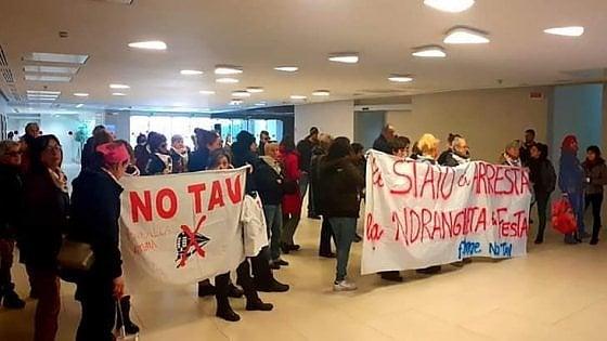 Torino, protesta delle donne No Tav nell'atrio della sede di Stampa e Repubblica
