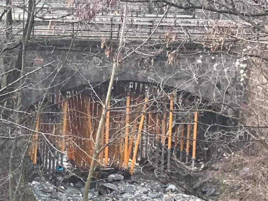 Ponte in pietra retto dai puntelli, ecco dove passano i treni fra Milano e la Svizzera