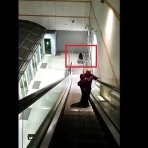 Torino: ascensore del metrò in tilt, papà porta la figlia disabile in braccio